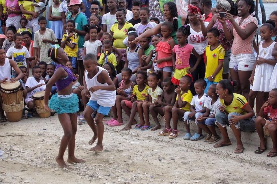 Afro colombiana de 51 anos gozando mucho su verga de caucho - 1 part 2